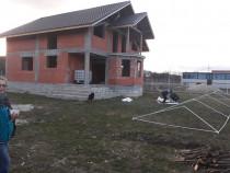 Echipa de meseriași executam lucrari in constructii