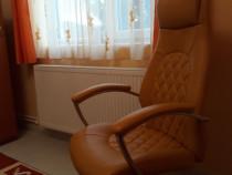 Scaun ergonomic din piele ecologică de culoare galben.