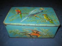 1298-Cutie metal veche avand design cu papagali marcata.