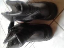 Bocanci de culoare neagră