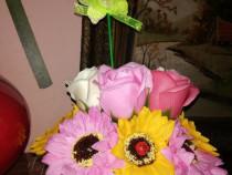 Aranjament din trandafiri si flori de sapun in vas Flamingo