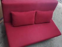 Canapea rosie cu 2 perne