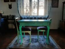 Masa lemn vopsita manual cu doua scaune
