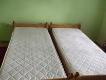 Doua paturi din lemn rasinoase cu saltele