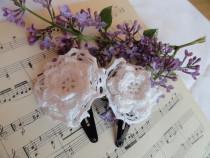Agrafe fetite cu flori crosetate si dantela