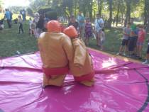 Închiriez costume de sumo