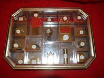 Colectie 17 ceasuri miniatura in caseta de perete 41x31 cm