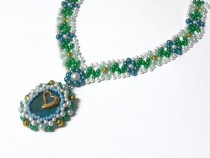 Colier handmade floral, verde, albastru, cu pandativ