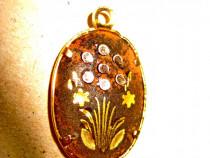 B129-Pandativ mic cu flori de camp in relief alama aurita.