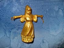 3943-Statuieta mica cantar-Femeie cu cobilita din bronz.
