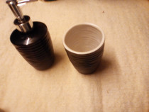 Dozator și pahar ceramică neagră.