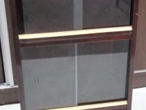 Dulapior vintage cu geamuri glisante; Vitrina cu usa si raft