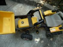 Tractor excavator cu pedale