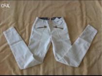 Pantaloni bershka slim fit, albi, mărimea xs noi cu eticheta