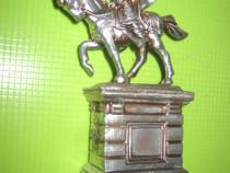 Statuieta Rege german calare in armura postament cu blazoane