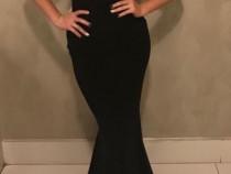 Rochie de seară neagră.