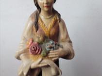 Statuie lemn reprezentand o taranca romanca