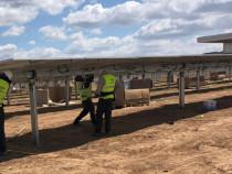 8 barbati pt montat panouri solare in Franta