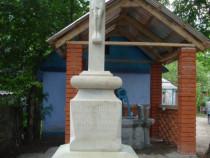 Troite, Cruci, Rastigniri, Monumente din piatra naturala.
