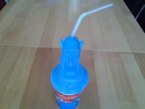 Duhul din povestea cu Aladdin, pahar cu pai