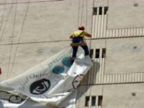 Demontam bannere publicitare, cu alpiniști utilitari