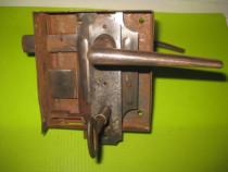 Broasca poarta veche metal cu opritor functionala stare buna