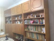 Biblioteca, dulap, masa cu scaune si servanta