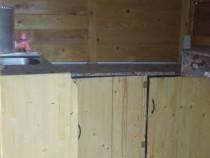 Chiosc de lemn mobilat.