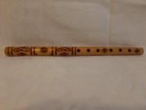 Fluier din lemn gravat