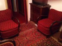 2 fotolii din lemn tapitate, in stil clasi, cu perne