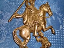 3990-Cavaler pe cal cu sabie lovind inamicul ornament metal.