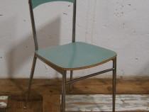 Scaun vechi din lemn si metal
