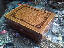 Casetă/cutie muzicală veche pentru bijuterii, lemn cu inserț