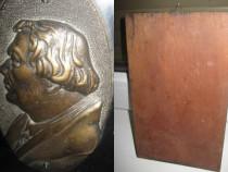 Placheta veche personaj bronz/lemn anii 1900.