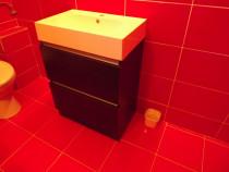 Chiuveta baie cu dulapior maro inchis si baterie