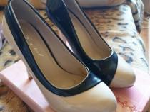 Pantofi cu toc in doua culori