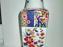 656-Vaza portelan orientala alb albastra cu flori.Stare buna