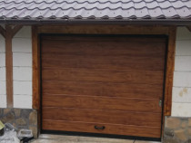 Usa de garaj pe nuanta de stejar auriu