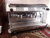 Mașina de cafea, capucino, cafea cu lapte la cimbali