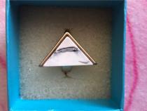 Inel triunghiular cu piatra alba