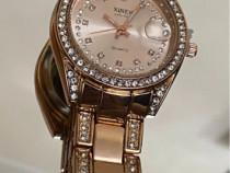 Ceas modern, decorat cu cristale