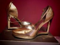 Pantofi deosebiti Jessica Simpson aurii