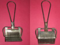1216- Taietor Oestr. Patent 8474 metalic vechi de bucatarie.