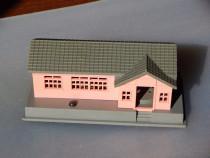 Diorama casa roz din plastic