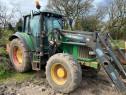 Tractor agricol John Deere 6620 cu încarcator frontal.