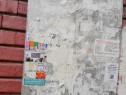 Lipim afise la intrarea in bloc